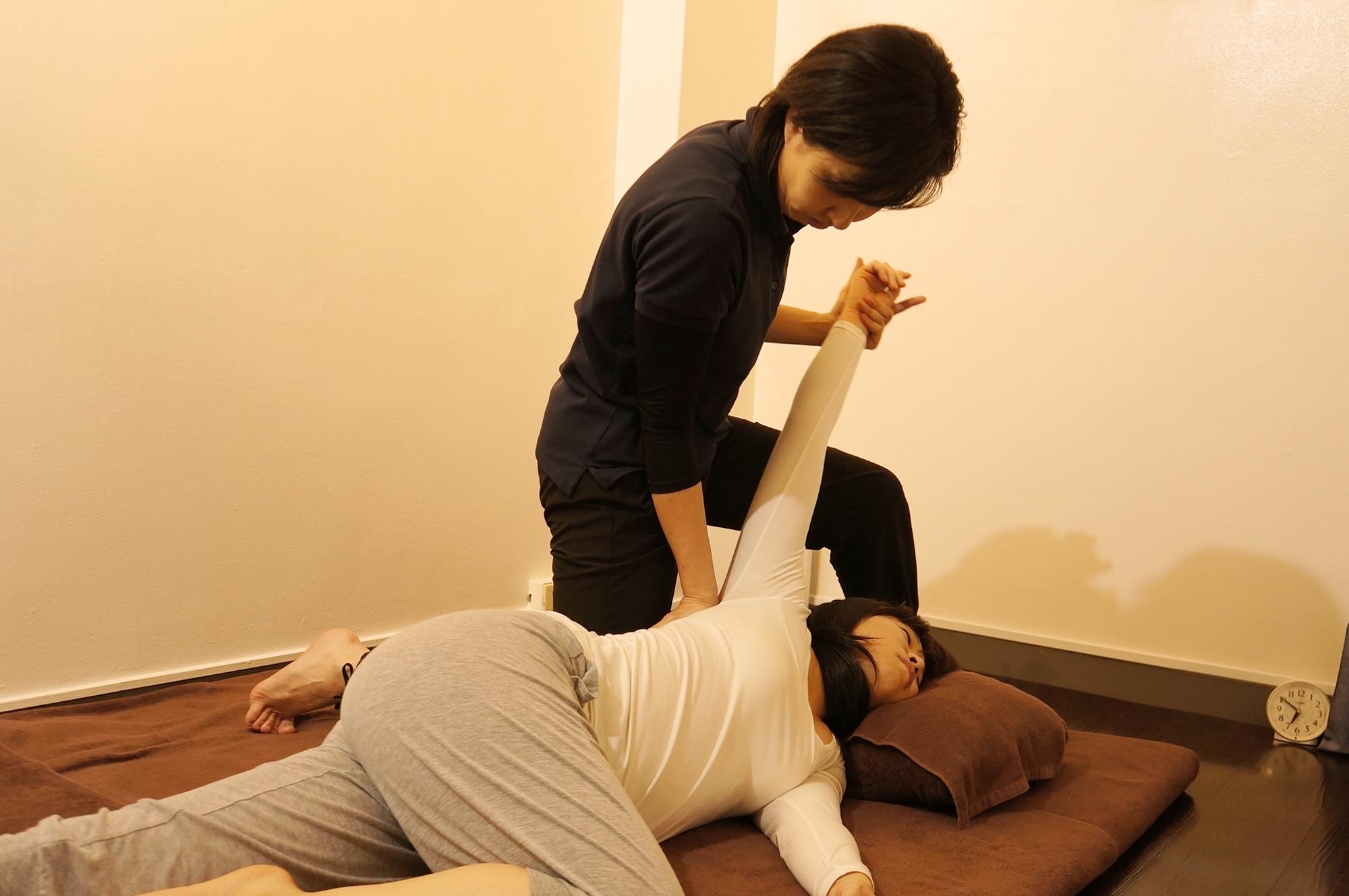 銀座タイ古式整体サロン 肩甲骨の施術中